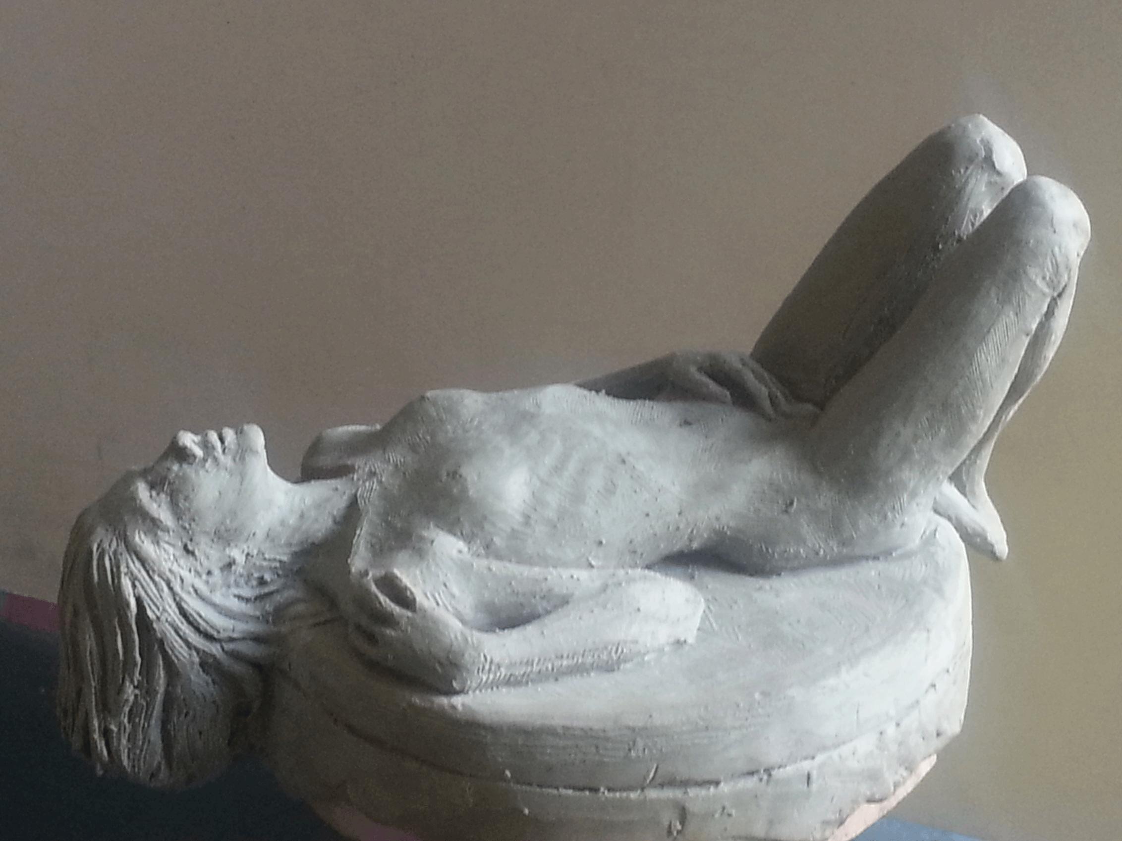yatan-kadin-heykeli